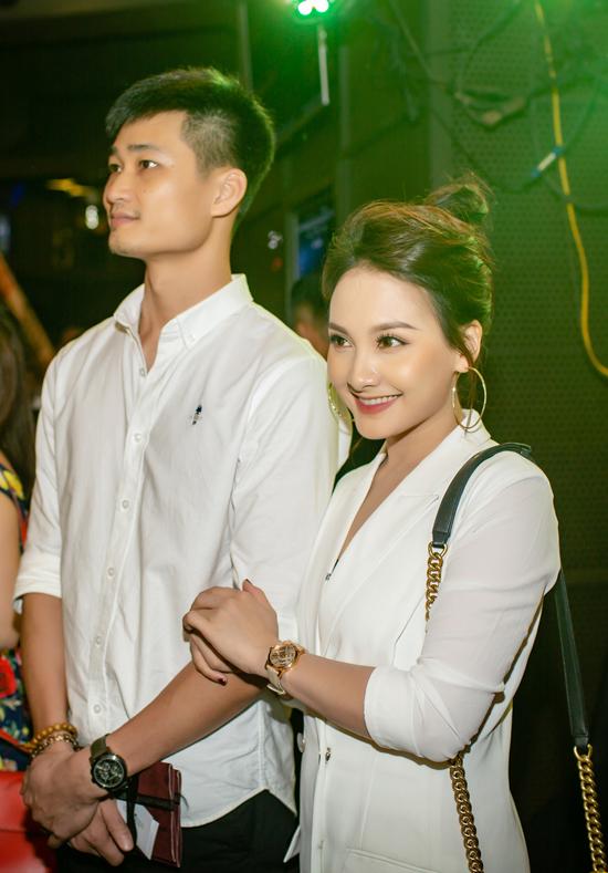 Suốt sự kiện, Bảo Thanh luôn ôm chặt tay chồng và không rời nửa bước.