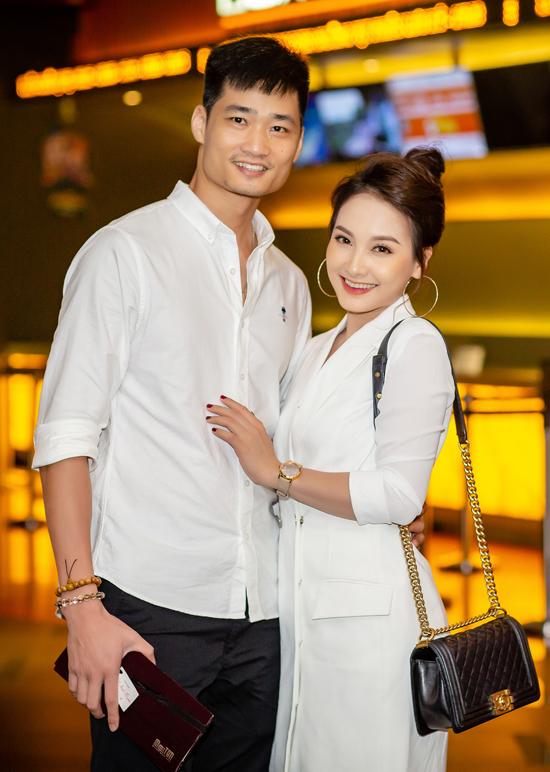 Tối qua, cặp đôi mặc ton sur ton với trang phục đen - trắng. Nàng Minh Vân của Sống chung với mẹ chồng còn xách túi hiệu đắt đỏ, không ngại nép sát vào chồng để chụp hình tình tứ.