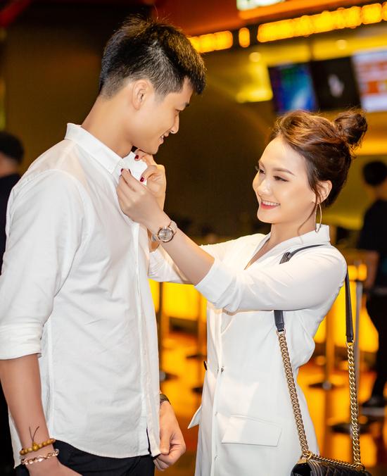 Cô còn sửa lại cổ áo cho chồng để anh có vẻ ngoài chỉn chu nhất trước ống kính.