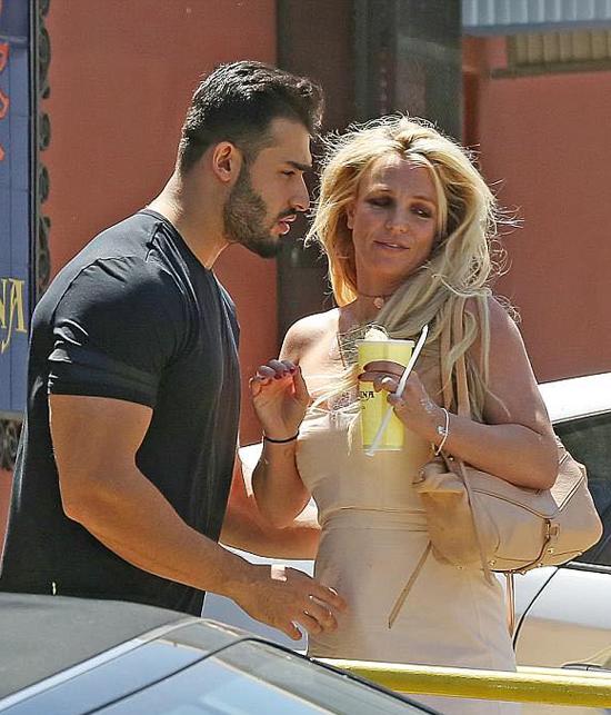 Britney Spears hôn người tình trẻ trên phố - 1