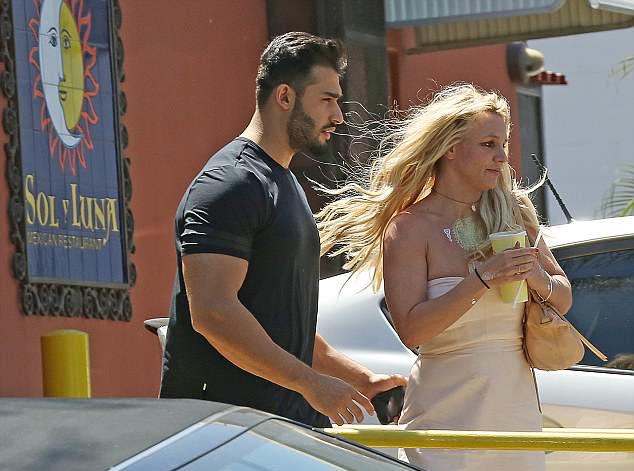 Britney để mặt mộc và thả tóc tự nhiên. Ngôi sao nhạc pop luôn xuất hiện với phong cách tuềnh toàng khi ra phố, khác hẳn vẻ rực rỡ trên sân khấu.