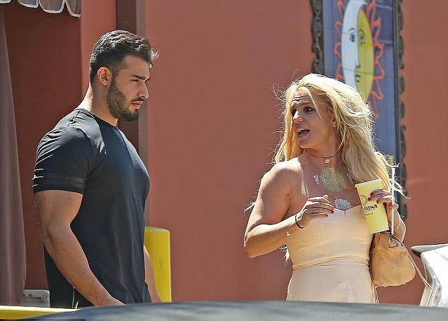 Britney đã hẹn hò chàng người mẫu 24 tuổi từ cuối năm 2016. Mặc khoảng cách tuổi tác, cặp sao vẫn yêu nhau say đắm và quấn quýt không rời.