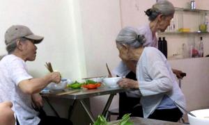 Ba cụ bà hai lần một tuần đi ăn bún riêu với nhau trong suốt nhiều năm