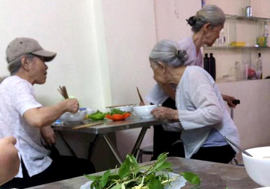 Ba cụ bà hai lần một tuần đi ăn bún riêu với nhau trong suốt nhiều năm.