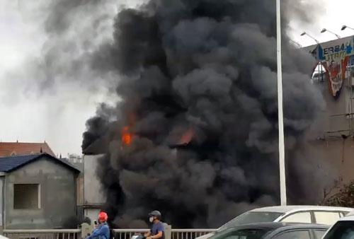 Ngọn lửa và cột khói đen nuốt trọn ngôi nhà ba tầng cạnh chân cầu Vĩnh Tuy. Ảnh: Văn Vệ.
