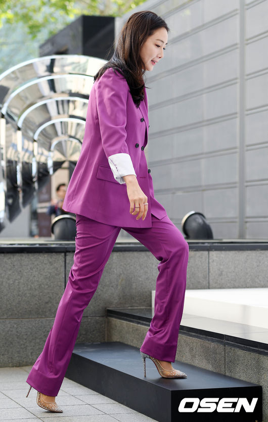 Choi Ji Woo dự sự kiện của một thương hiệu nữ trang hôm 9/3, đây là lần đầu tiên cô tái xuất kể từ khi kết hôn cuối tháng 3.