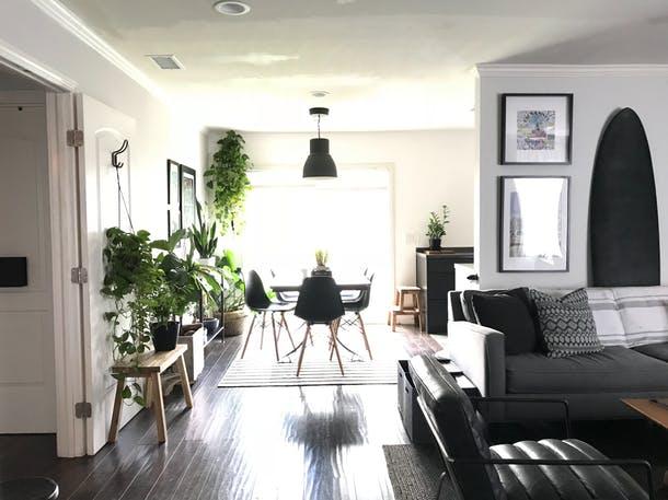 Việc đầu tiên sau khi mua nhà là Hoffman lên kế hoạch để làm lại căn bếp. Cùng với sự hậu thuẫn của một người bạn, Hoffman đã mạnh tay phá tan kết cấu cũ của phòng bếp và thay thế bằng sự tối giản, tinh tế. Mất khoảng một năm để anh hoàn thiện toàn bộ hạng mục trong khu bếp vì Hoffman không có bản thiết kế hoàn chỉnh ngay từ đầu. Tuy nhiên, kết quả cuối cùng là khu bếp rộng rãi với không gian mở và nhiều cây xanh.
