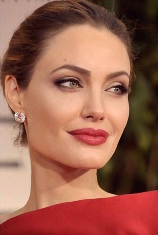 Bác sĩ Rhonda Rand cho biết, Angelina ý thức được việc chăm sóc da từ khi còn rất trẻ. Khi bắt đầu theo đuổi nghiệp diễn, cô đã chi một khoản tiền không nhỏ để chăm sóc cho làn da. Chỉ sử dụng những sản phẩm làm đẹp cơ bản gồm sữa rửa mặt, sữa tẩy trang, kem dưỡng ẩm và kem chống nắng nhưng Angelina luôn chọn những sản phẩm tốt nhất.