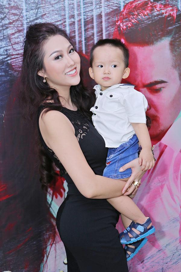 Phi Thanh Vân đang một mình chi trả mọi chi phí nuôi con trai.
