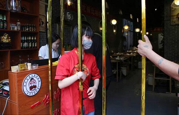 Nhà hàng khuyến mại cho khách càng gầy càng được giảm giá