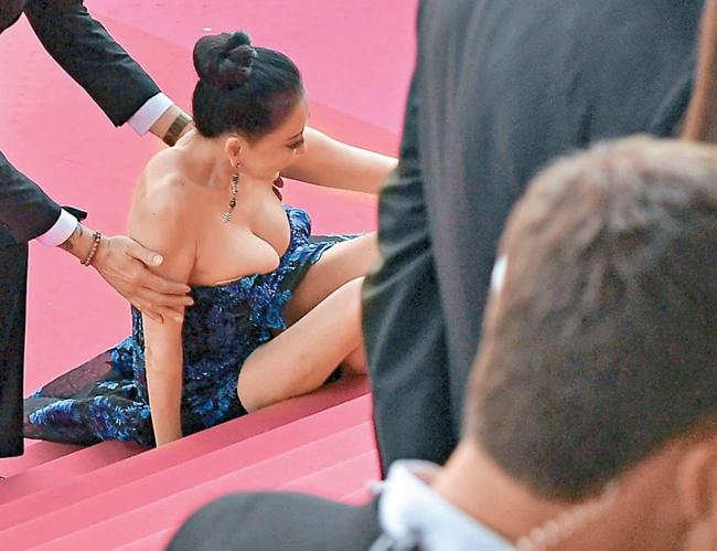Hoa hậu Quý bà Trung Quốc Hình Tiểu Hồng cũng bị chỉ trích dữ dội khi đến Cannes với bộ váy hở hang, sau đó cố tình ngã trên bậc tam cấp để gây chú ý.