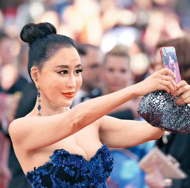 Bất chấp yêu cầu không selfie, quý bà vẫn mải miết chụp hình tự sướng.