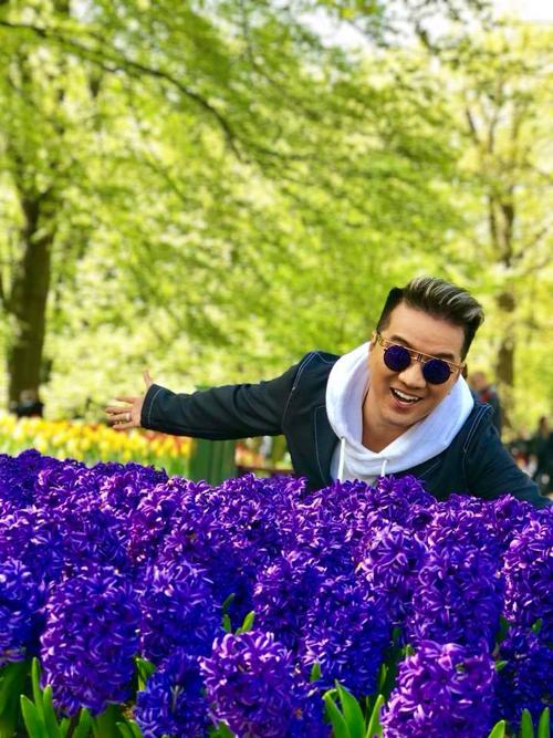 Nơi Đàm Vĩnh Hưng ghé qua chính là vườn hoa nổi tiếng thế giớiKeukenhof thuộc thị trấn Lisse, nằm ở phía Nam thủ đô Amsterdam (Hà Lan), nơi còn có tên gọi khác là Vườn châu Âu hay vườn hoa lớn nhất thế giới.Với khuôn viên rộng khoảng 32 ha, công viên này là nơi gieo trồng khoảng 4,5 triệu củ tulip thuộc 100 loại, cùng 2.500 cây hoa các loại, nâng tổng số lên 7 triệu cây hoa thuộc 1.600 loại khác nhau.