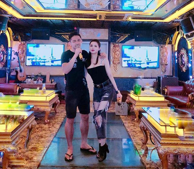 Vợ chồng Tâm Tít rủ nhau đi hát karaoke. Ông xã của người đẹp không ngần ngại khoác vai và tặng vợ một ca khúc do chính mình thể hiện.