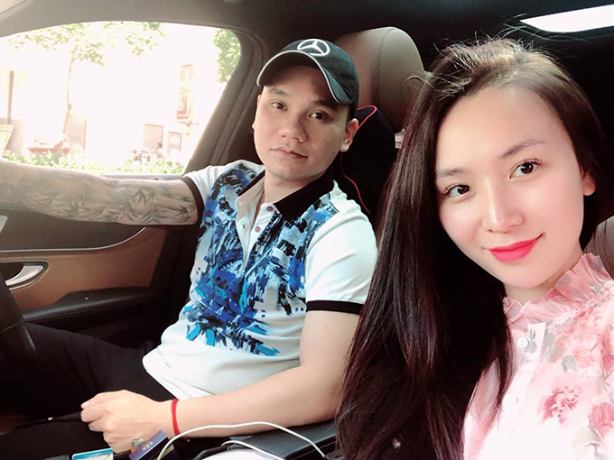 Khắc Việt đích thân lái xe chở vợ đi công chuyện trong những ngày ở Sài Gòn. Anh viết: Trời nắng nên mình phải chói chang.