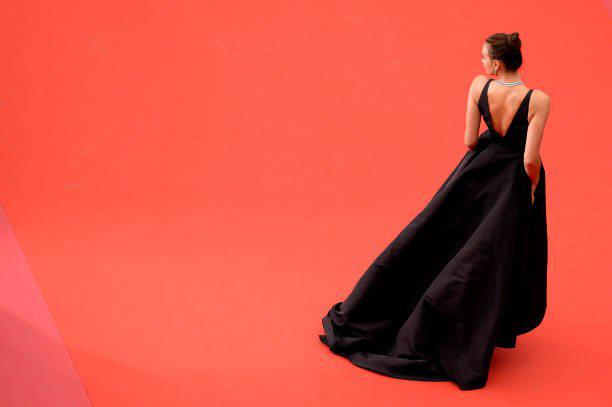 Irina Shayk diện đầm đen vẫn tỏa sáng trên thảm đỏ Cannes - 5
