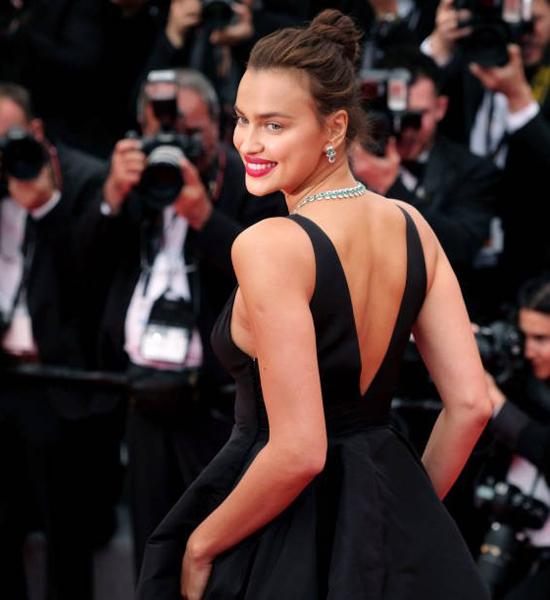 Siêu mẫu 32 tuổi kiêu sa trong bộ đầm đen kiểu cổ điển kết hợp với bộ trang sức ngọc lục bảo lấp lánh.