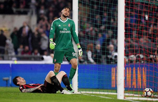 Nỗi thất vọng tràn trề của thủ môn trẻGianluigi Donnarumma khi phải vào lưới nhặt bóng tới 4 lần.