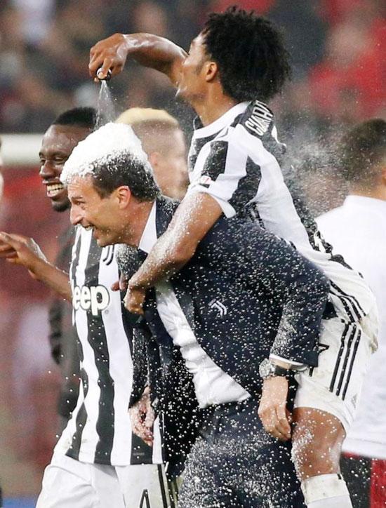 Không khí tưng bừng trên sân Olimpico sau khi tiếng còi kết thúc trận chung kết Coppa Italy vang lên. HLV Juventus Max Allegri bị học trò phun bọt tự tan của trọng tài lên khắp người để mừng chiến thắng.