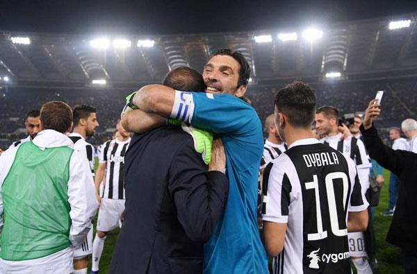Thủ môn kỳ cựu Buffon cũng ôm chặt ông thầy trong lúc mừng chiến thắng.