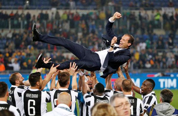 HLV Max Allegri được các học trò tung lên không trung sau trận chung kết. Đội bóng thành Turin vô địch Coppa Italy lần thứ tư liên tiếp.