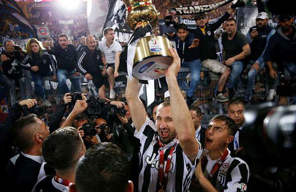 Giorgio Chiellini tự hào nâng cao Cup sau khi góp mặt trong cả 4 lần vô địch của Juventus.