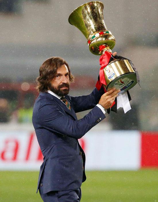 Cựu danh thủ Andrea Pirlo, người thi đấu cho cả Milan và Juventus, mang Cup ra sân trước trận chung kết.