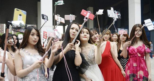 Các nữ học viên được học kỹ năng selfie đầu tiên. Ảnh: Image China.