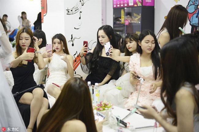 Không chỉ lên hình đẹp, các cô gái còn phải họcnói chuyện, giao tiếp một cách vừa dễ thương vừa khôn khéo. Ảnh: Image China.