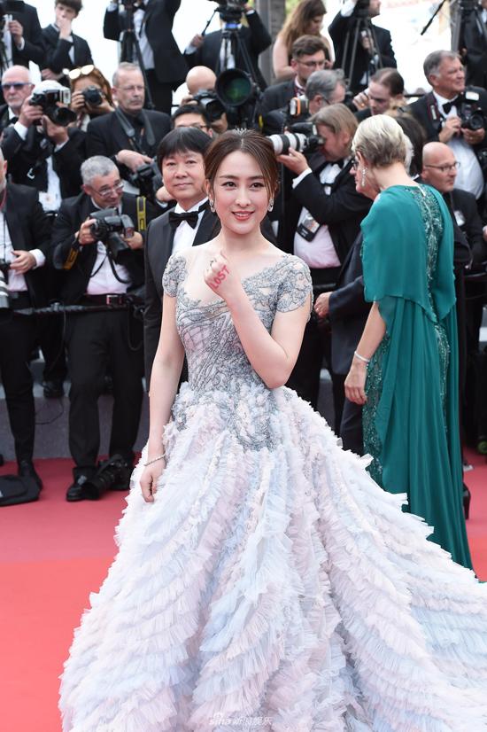 Mã Tô trở thành tâm điểm đả kích của dư luận Trung Quốc, saukhi côtạo dáng chụp hìnhtại thảm đỏLiên hoan phim Cannes suốt 6 phút, trong khi nhân viên an ninh ra nhắc nhở cô rời đi. Trên các diễn đàn, khán giảcông kích diễn viên Tân Bạch Phát Ma Nữ làm nhục quốc thể, thậm chí kêu gọi tẩy chay cô. Chuyên gia thời trang TừPhong Lập cho rằng Mã Tô không biết phép tắc ở Cannes nên đã chiếm sóng quá nhiều.