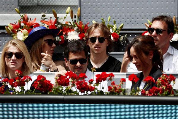 Vợ chồng Luka Modrid cũng tới cổ vũ Djokovic hôm 9/5.