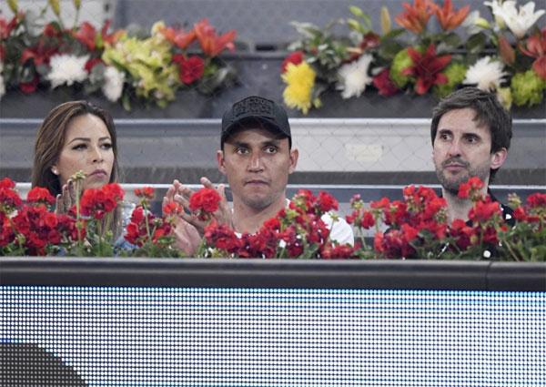 Thủ môn Keylor Navas và bà xã tới Madrid Open xem quần vợt sau khi La Liga đã xác định được nhà vô địch là Barca.