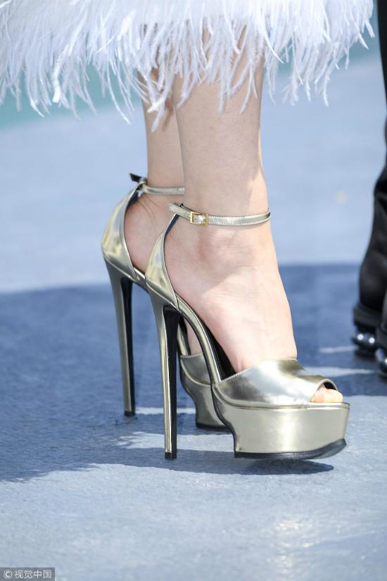 ... kết hợpđôi giày cao lênh khênh.Đây là ngày làm việc thứ 3 của mỹ nhân họ Phạm tại Cannes, cô cùngđoàn phim giới thiệu tác phẩm mớiđể kêu gọiđầu tư.