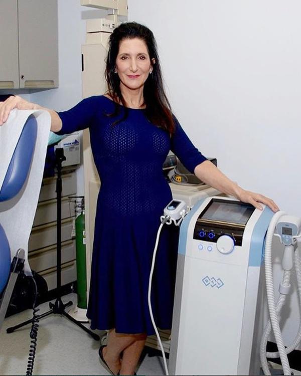 Bác sĩ Rhonda Rand, chuyên gia da liễu riêng của Angelina Jolie đã tiết lộ một vài thói quen mà cô thiết lập từ nhiều năm nay để duy trì làn da săn chắc.