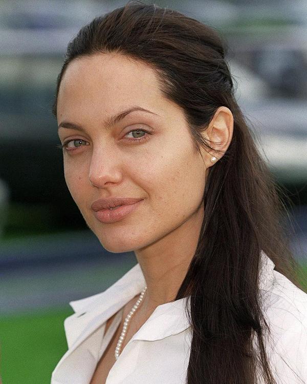 Một nguyên tắc làm đẹp khác mà Angelina Jolie luôn cố gắng duy trì là hạn chế trang điểm. Jolie từng chia sẻ với tạp chí Elle rằng giống như nhiều bà mẹ khác, cô hầu như không trang điểm hay dùng nước hoa khi ở nhà. Bộ đồ trang điểm của cô cũng rất sơ sài, chỉ có vài thỏi son, một hộp phấn và cây bút kẻ mắt.