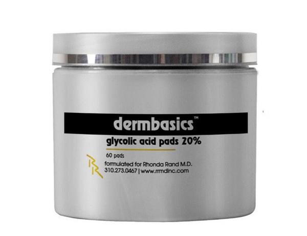 Một sản phẩm khác cùng thương hiệu luôn có trong túi xách của bà mẹ sáu con là miếng tẩy tế bào chết Dermbasics Glycolic Acid Pads 20%. Sản phẩm có giá 60 USD (khoảng 1,3 triệu đồng).