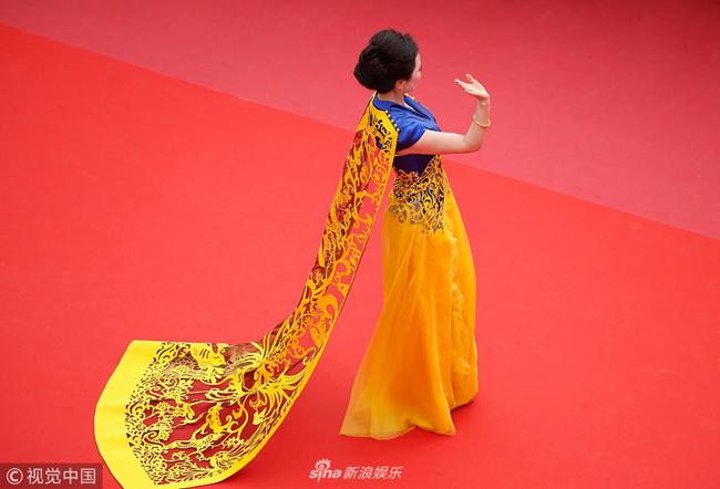 Thảm đỏ Cannes ngày 9/5 tiếp tục có sự hiện diện của nhiều nghệ sĩ Trung Quốc vô danh, trang phục nhiều màu sắc để thu hút sự chú ý. Tuy nhiên, không ống kính báo chí nào quan tâm tới họ. Một nữ diễn viên khoác lên mình bộ áo mang sắc màu tương tự chiếc váy Phạm Băng Băng từng mặc, nhưng chẳng ai để mắt đến cô.