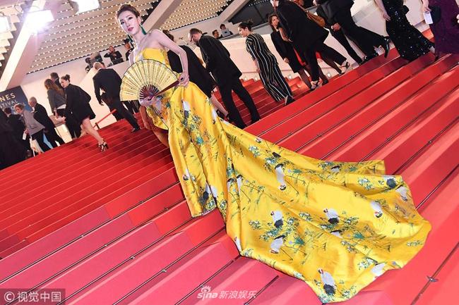 Váy Hoàng Bào, thân váy thêu hạc của một nghệ sĩ Trung Quốc đến Cannes hôm 9/5.