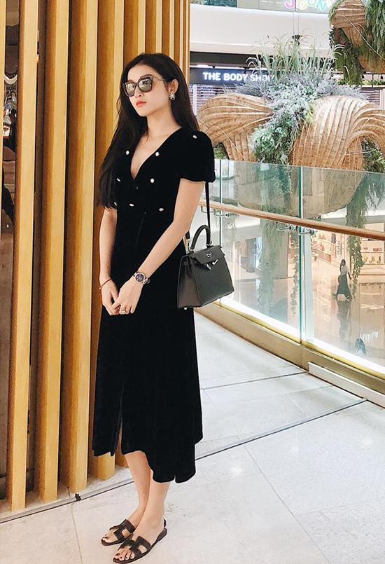 HUyền My diện nguyên cây đen với các món đồ được yêu thích trong mùa nắng năm nay là váy cổ điển, dép quai da và kính mắt to bản.