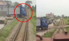 Người lái tàu nổi điên với tài xế xe tải cố tình vượt đường ray