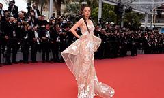 Lý Nhã Kỳ làm nàng báo đen trên thảm đỏ Cannes ngày thứ hai