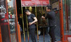 Nhà hàng dựng chấn song trước cửa để đo độ béo gầy của khách