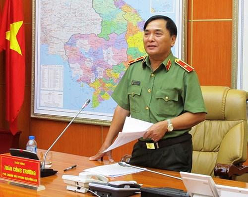 Thiếu tướng Trần Công Trường khiến tên cướp hốt hoảng khi xông vào nhà tắm giữ tay, tước vũ khí. Ảnh: Xuân Dân/QĐND.