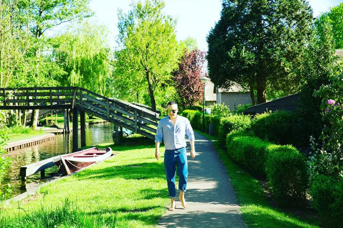 Vũ Khắc Tiệp mất khoảng hơn 2 giờ để khám phá khu làng cổ tuyệt đẹp. Mỗi mùa, làng Giethoorn lại mang một màu sắc khác nhau. Mùa hè ở đây bầu trời trong vắt, cây cối phủ một màu xanh mát mắt, đầy sức sống.