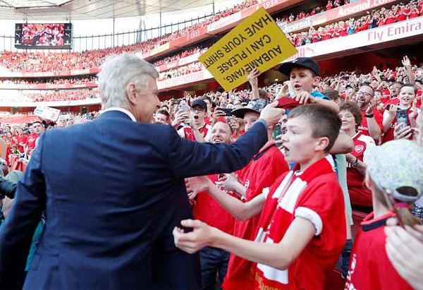 HLV Wenger cởi cà vạt tặng cậu bé Luca