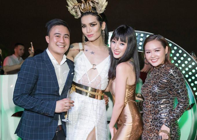 Diễn viên hài BB Trần (váy trắng) khiến nhiều người khó nhận ra khi giải cô gái Ai Cập điệu đà.