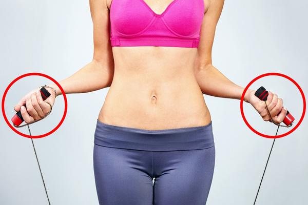 Khởi động bài tập bằng cách nhảy dây liên tục trong 2 phút. Đây là bài tập rất tốt cho vùng tay và cơ ngực.