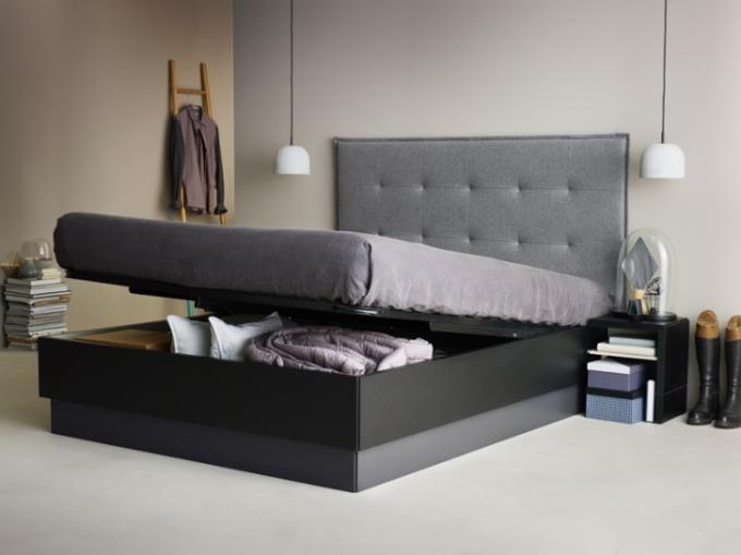 Không chỉ có bàn, giường ngủ của BoConcept cũng khai thác tối đa tiện ích giấu đồ.