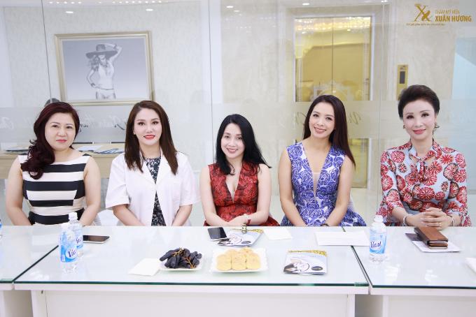 Thúy Hằng (thứ hai, từ phải sang) vừa tham gia buổi hội thảo  Giới thiệu Công nghệ Vinno Effect 2018, vào ngày 6/5, tại Thẩm mỹ viện Xuân Hương.