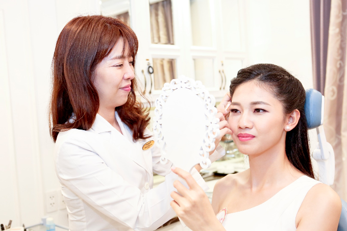 Bác sĩHàn Quốc - Shin Kyoung Mi tại Thanh Hằng Beauty Medi trực tiếp tư vấn dáng lông mày cho thí sinh, đảm bảo khuôn mặt sắc nét hơn mà vẫn đẹp tự nhiên.